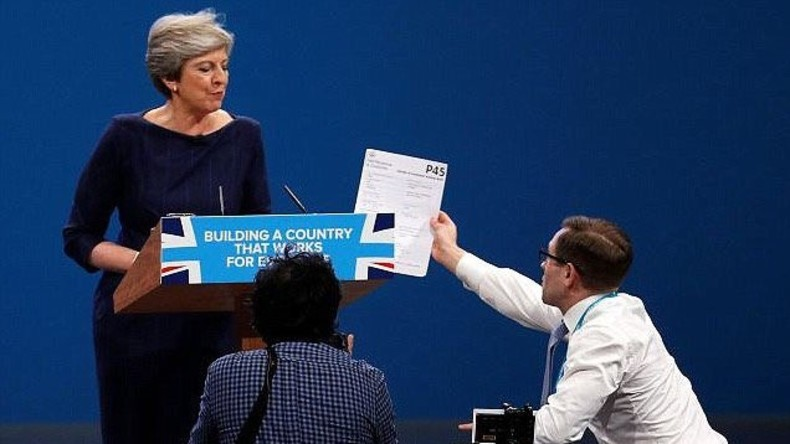 "Fake-Entlassung: Prankster ""kündigt"" Theresa May im Namen von Boris Johnson [VIDEO]"