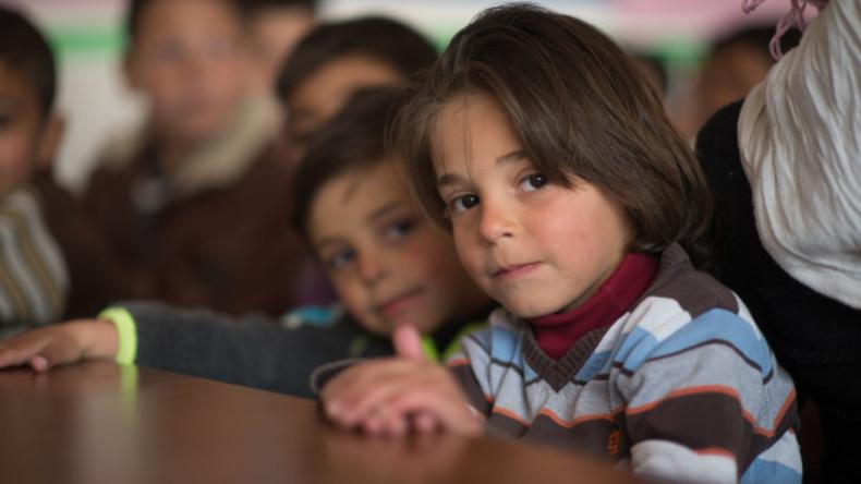 Syrische Kinder schreiben Briefe des Friedens an bewaffnete Kämpfer