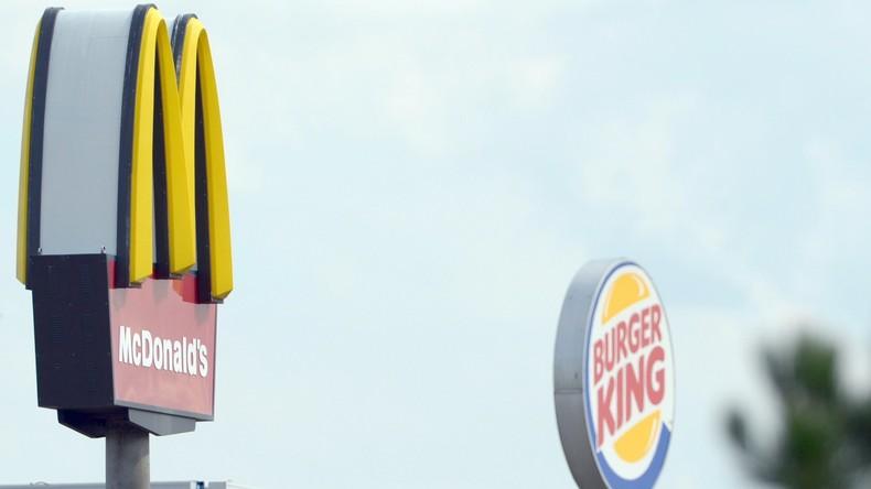 Burger Krieg: Als Ronald McDonald verkleidete Clowns machen Krach in Burger King-Restaurant [VIDEO]