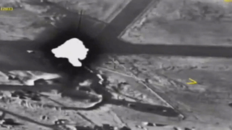 Russische Luftwaffe zerstört Kommandozentrale von Terroristen in Syrien [VIDEO]