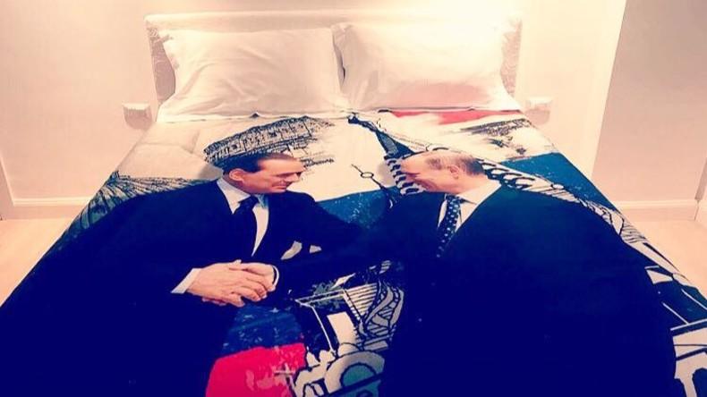 Berlusconi schenkt Putin Bettdecke zum Geburtstag - mit Porträts von Putin und sich selbst [FOTOS]