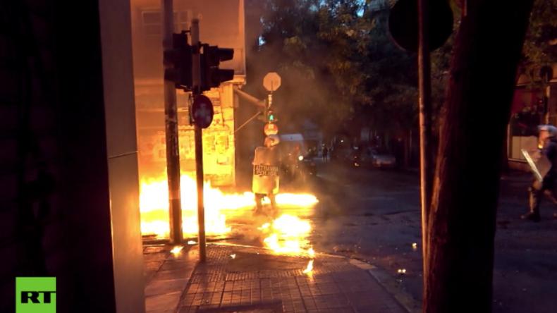 Mit Brandsätzen gegen die Polizei: Linke und Anarchisten protestieren gegen angebliche Folter