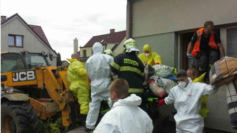 Tschechische Einsatzkräfte helfen 300-Kilo-Frau aus ihrer Wohnung heraus