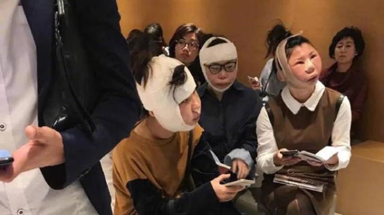 Weil ihre Gesichter nach OPs nicht mehr erkennbar sind: Drei Chinesinnen sitzen am Flughafen fest