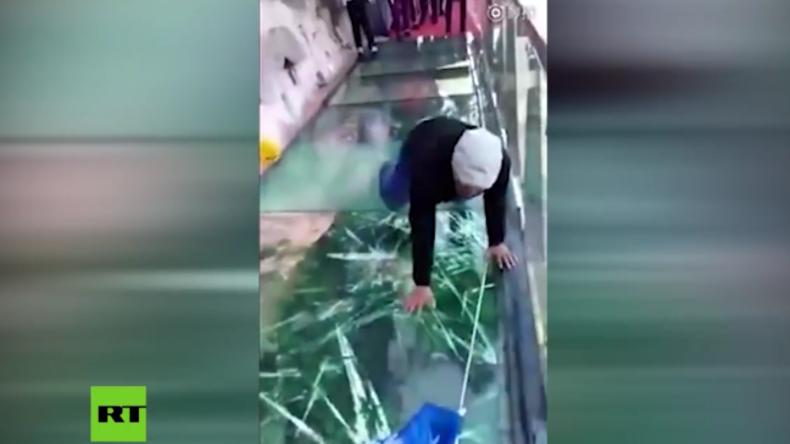 Horror-Moment: Glasboden bricht unter Mann in 1.200 Metern Höhe