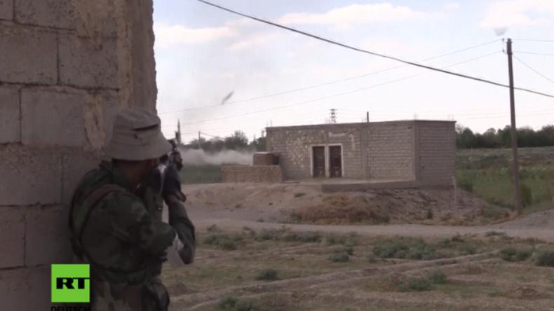 Kriegsrealität in Syrien: Syrische Soldaten und IS-Terroristen liefern sich heftiges Feuergefecht