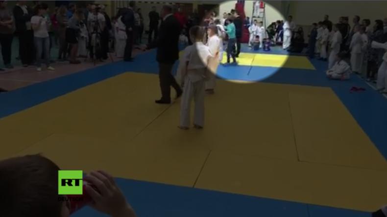 Junge zeigt bei Judoturnier Stinkefinger – Seine Mutter vermöbelt ihn und ohrfeigt den Schlichter