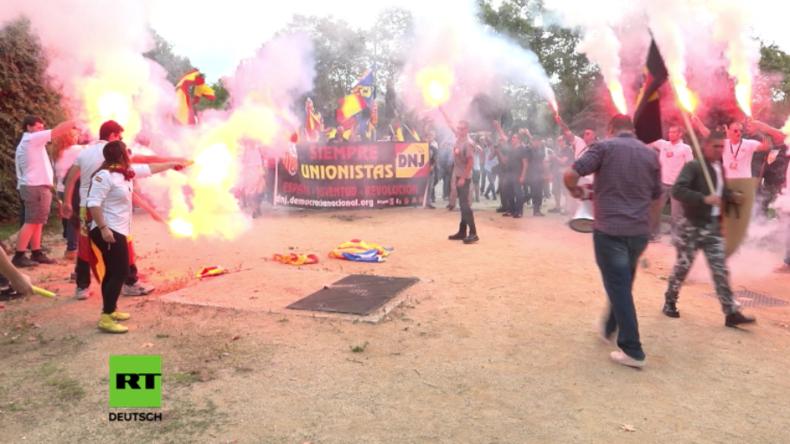Faschistische Grüße und kollektives Flaggen-Verbrennen: Protest in Barcelona gegen Katalanen