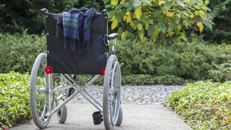 Steh auf und geh: Mann im Rollstuhl verfolgt Freund mit Axt