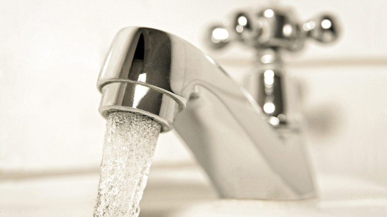 Mann lässt Wasser im Haus ein Jahr ununterbrochen laufen – 10.800 Euro Rechnung