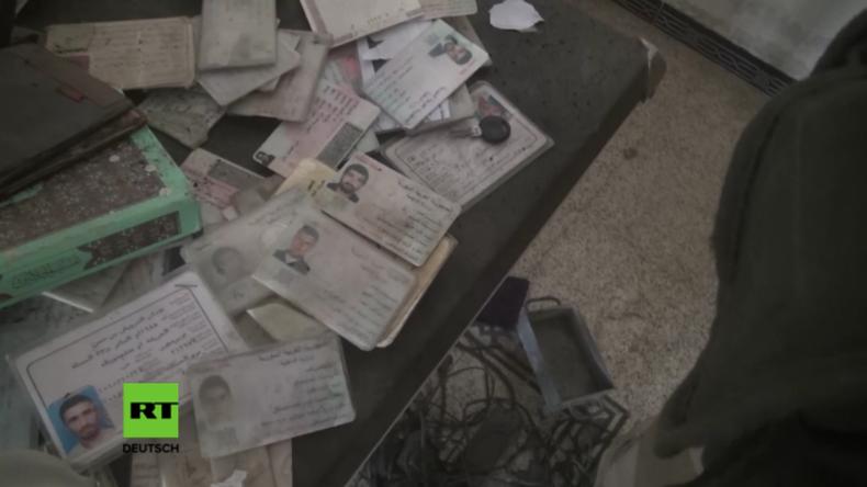 """RT vor Ort an der Front gegen den IS in Syrien: Exklusiv-Aufnahmen aus einem """"IS-Regierungsgebäude"""""""