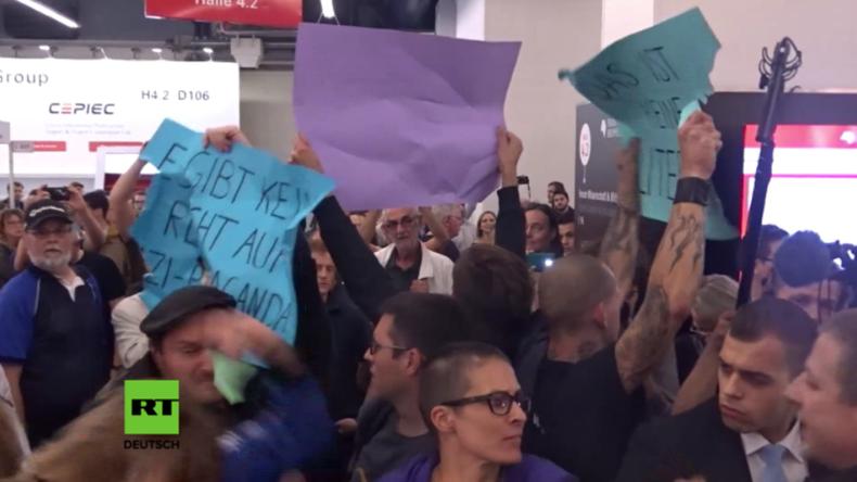 """""""Ihr habt den Krieg verloren"""": Identitäre und Antifaschisten brüllen einander bei Buchmesse nieder"""