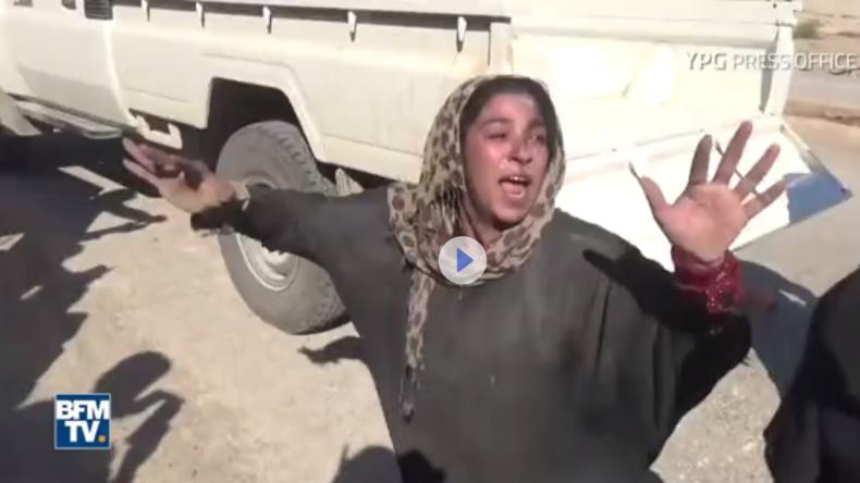 Nach Befreiung von Rakka: Frau wirft Überkleid ab und sinkt auf die Knie vor ihrer Erlöserin [VIDEO]
