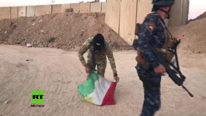 Kirkuk-Offensive: Irakische Truppen entfernen Kurden-Flaggen und zertrampeln sie