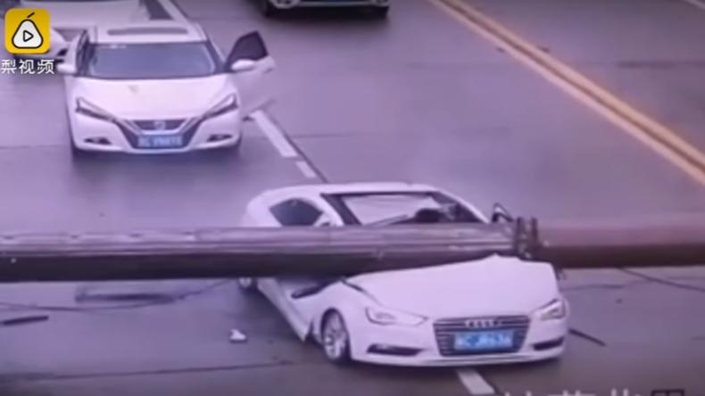Um Haaresbreite entkommen: Baukran fällt auf Auto in China, Fahrer kommt heil davon [VIDEO]