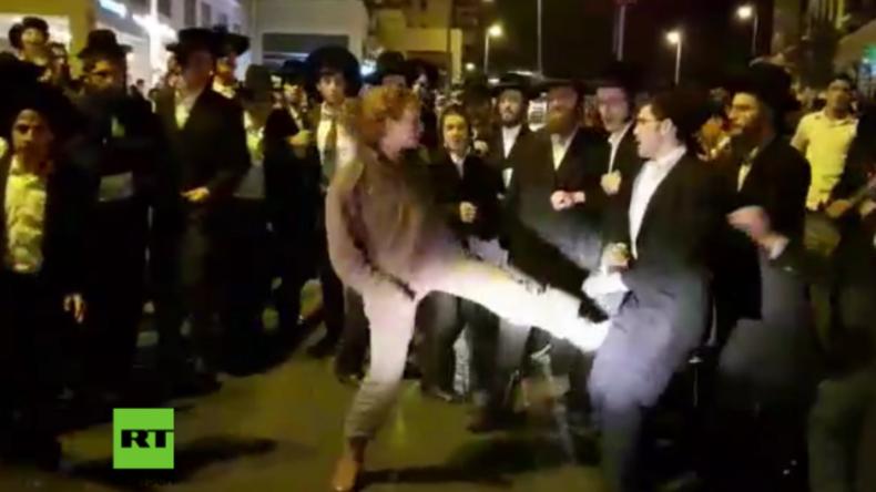 Eine Frau gegen Dutzende Männer: Israelische Soldatin kämpft gegen ultra-orthodoxe Demonstranten