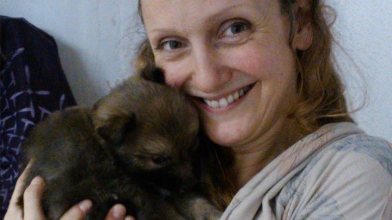 Künstlerin für das Stillen von Welpen und Befruchtung ihrer Eizelle mit Hundezellen ausgezeichnet