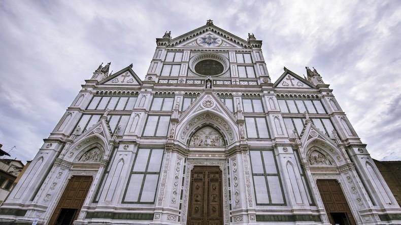 Stein löst sich von Kirchendecke in Florenz und erschlägt Touristen aus Spanien