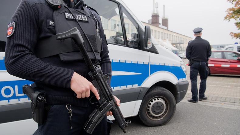 Diebe sprengen Geldautomaten und verlieren 10.000 Euro auf der Flucht - Polizei sammelt Scheine ein