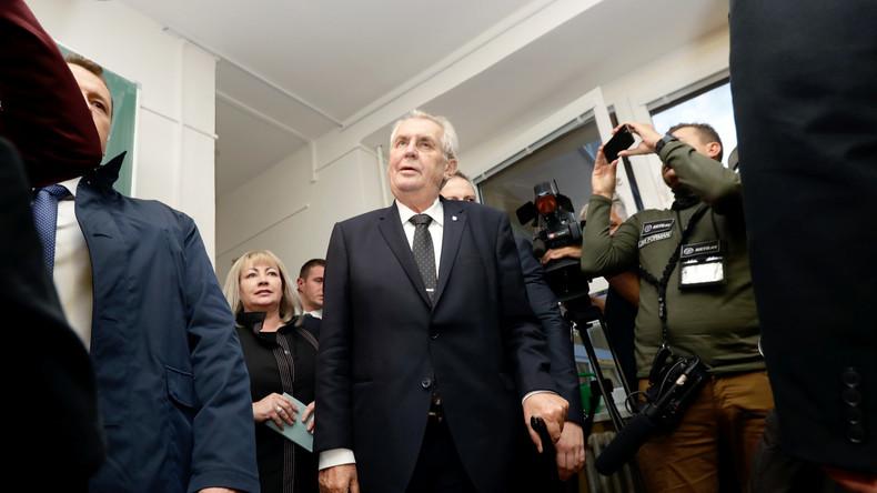 """Tschechiens Präsident Zeman zeigt Maschinenpistolen-Attrappe """"gegen Journalisten"""""""
