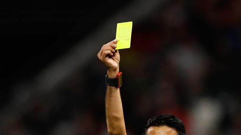 Saudi-Arabien: Schiedsrichter stolpert über Spieler und zeigt gelbe Karte [VIDEO]