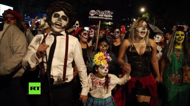 Tausende nehmen an der Parade zu Catrinas in Mexiko-Stadt teil