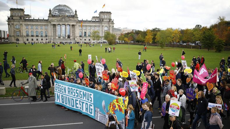 Live ab 10 Uhr aus Berlin: Der erste Tag im Bundestag - Demo gegen Rassismus und AfD