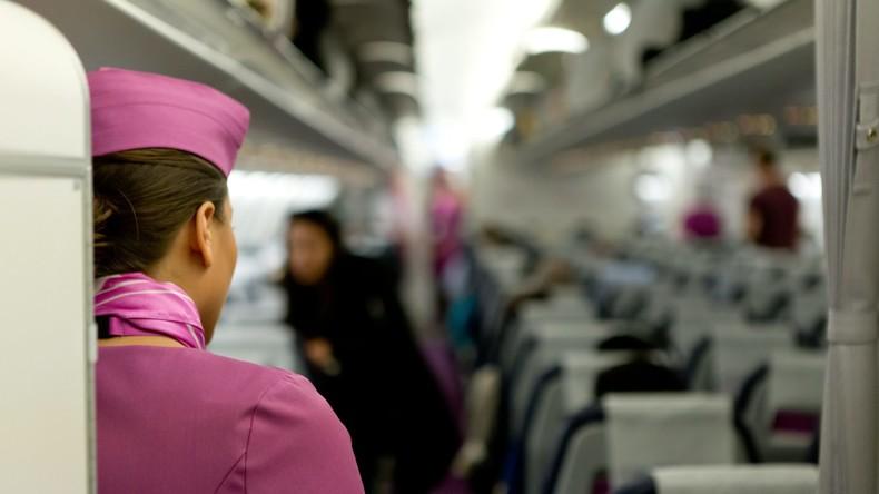 Flugbegleiterin fällt aus Flugzeug