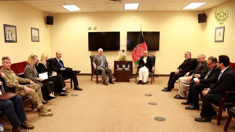 Wo ist die Uhr hin? – Wanduhr im Foto von Rex Tillersons Afghanistan-Besuch wegretuschiert
