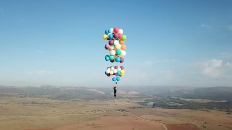 Mit 100 Luftballons und einem Campingstuhl: Brite fliegt 25 Kilometer über Südafrika [VIDEO]