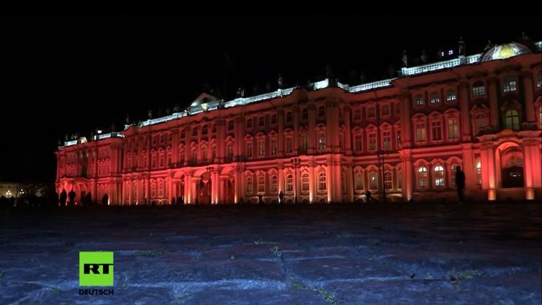 St. Petersburg: Winterpalast zum 100. Jubiläum der Russischen Revolution rot angeleuchtet