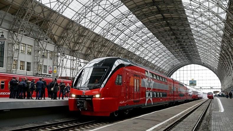 Erster Doppelstockzug Russlands fährt vom Zentrum Moskaus zum Flughafen Wnukowo ab
