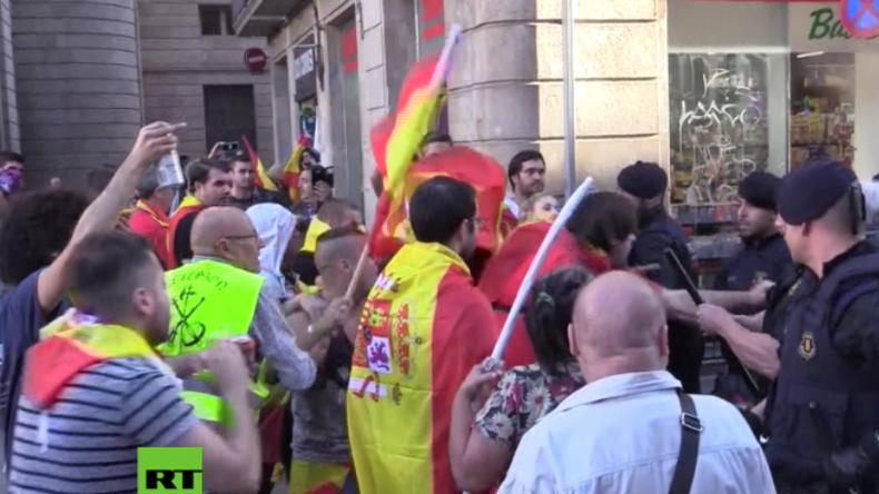 Barcelona: Unabhängigkeitsgegner attackieren katalanische Polizisten und Kamera-Team