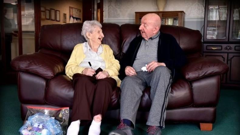 98-jährige Frau zieht in Altersheim um und pflegt ihren 80-jährigen Sohn