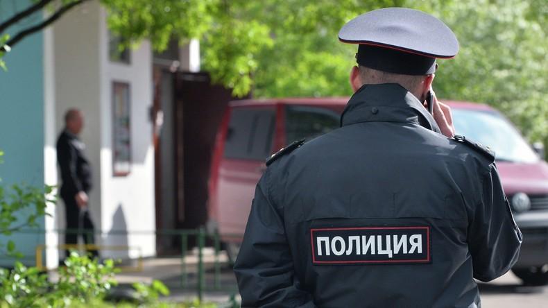 Verdächtiger schlägt seinen Kopf gegen Verhörzimmertisch, um Polizei Misshandlung anzuhängen