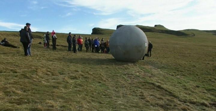 Rollender Kunstgegenstand: Riesige Betonkugel markiert Bahn des Polarkreises in Island [FOTOS]