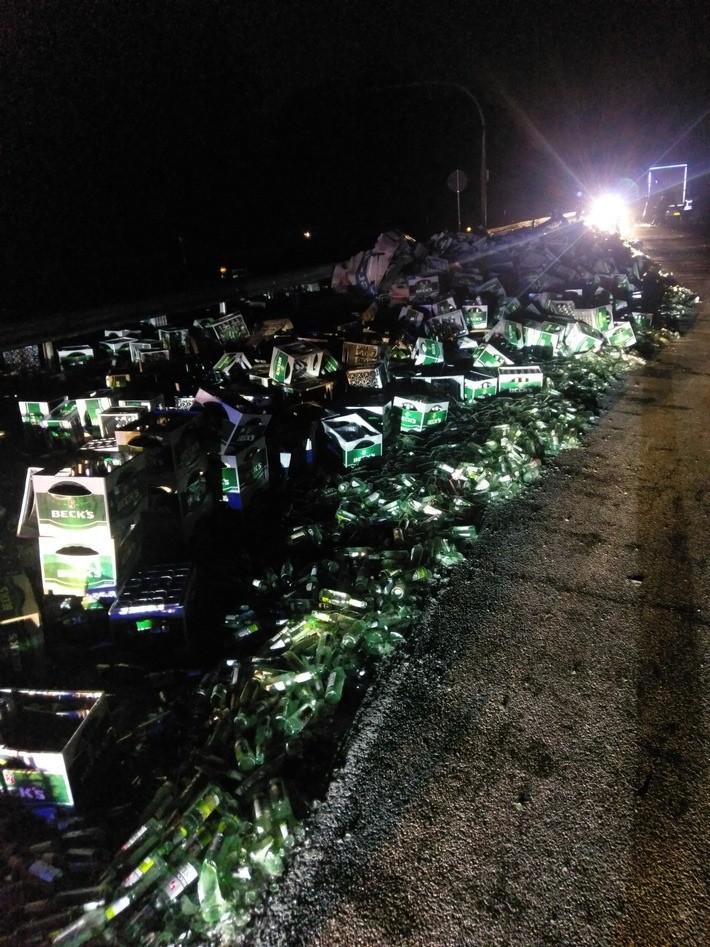 Sattelzug verliert leere Bierflaschen auf Weg nach Bremen und sorgt für Verkehrsstörung [FOTOS]