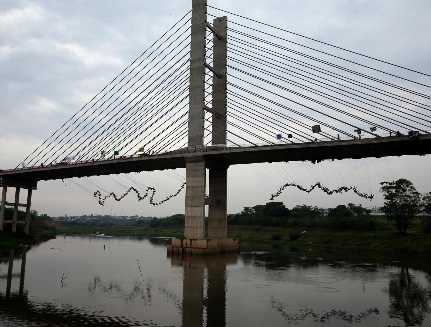 Sprung ins kalte Wasser: 245 Draufgänger versuchen neuen Brückensprung-Rekord aufzustellen [FOTO]