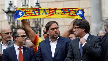 Der katalanische Ministerpräsident Carles Puigdemont (rechts) und weitere Mitglieder der Regionalregierung stehen auf der Plaza Sant Jaume in Barcelona, (noch Spanien), 2. Oktober 2017. Puigdemont will noch diese Woche die Unabhängigkeit ausrufen.