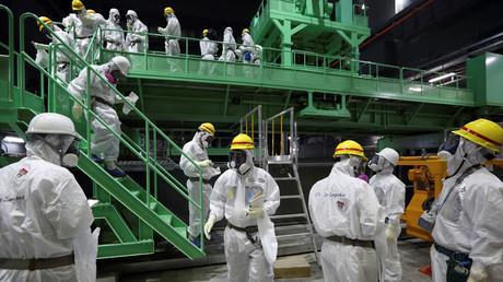 Arbeiter der Firma TEPCO im Unglücksreaktor Nummer 4 der TEPCO's Fukushima Daiichi Nuklearanlage, Japan, 7. November 2013.