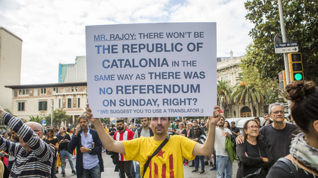 Ein Sympathisant für die Unabhängigkeit Kataloniens macht seinem Frust über die spanische Zentralregierungh Luft