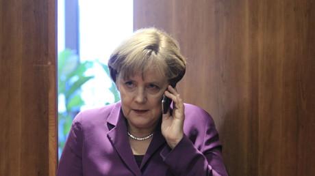 Laut Bundesanwaltschaft doch nicht abgehört? Angela Merkel mit ihrem Diensthandy...