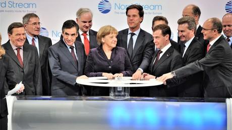 8. November 2011. Der russische Präsident Dmitri Medwedew, Bundeskanzlerin Angela Merkel, niederländischer Premier-Minister Mark Rütte, französischer Premier-Minister François Fillon drehen symbolisch den ersten Hahn auf der Pipeline Nordstream 2 im deutschen Lubmin.