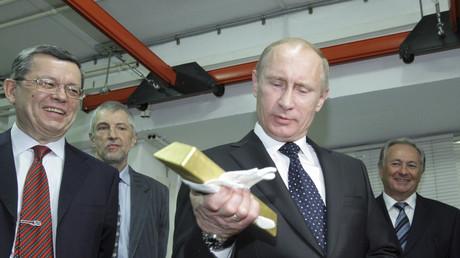 Wladimir Putin inspiziert einen Goldbarren in der russischen Zentralbank in Moskau, 24. Januar 2011.