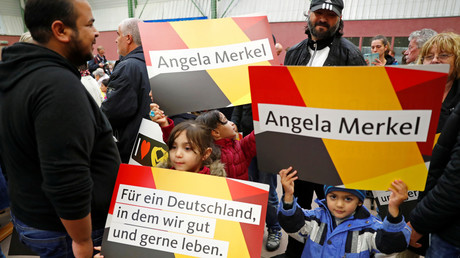 Flüchtlingskinder mit ihren Eltern bei einer Wahlveranstaltung Angela Merkels in Wolgast, Deutschland, 8. September 2017.
