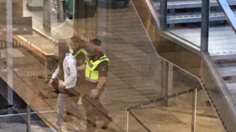 Der festgenommene Deutsche am Göteborger Flughafen in Begleitung von Sicherheitskräften
