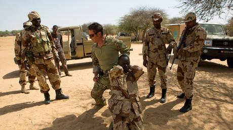 Ein Soldat der US-Sondereinheiten demonstriert, wie man einen Verdächtigen festnehmen kann während der Flintlock 2014 Ausbildungsmission unter amerikanischer Führung für afrikanische Militärs in Niger.