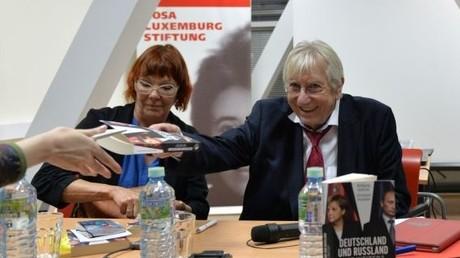 Christiane Reymann und Wolfgang Gehrcke präsentierten in Moskau ihr gemeinsam verfasstes Buch.