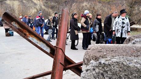 Zivilisten am Kontrollpunkt Stanica Luganskaja an der Demarkationslinie in der selbstproklamierten Republik Lugansk
