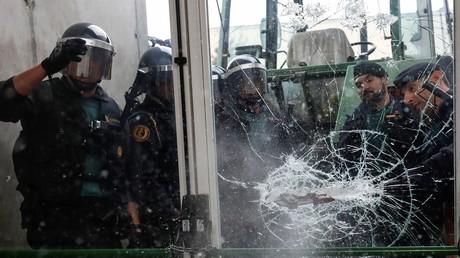 In Katalonien wohl kaum mehr beliebt: Spanische Polizisten bei dem Versuch, ein Wahllokal zu stürmen.